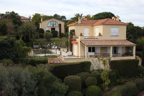 VILLA VUE MER, SUPER CANNES. Dans le quartier très prisé de Super Cannes, à 5 minutes en voiture de la mer et des commodités, superbe vue mer panoramique pour cette propriété composée de 2 villas indépendantes sur un terrain paysagé de 3000m² au calm...