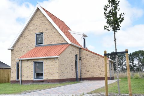 On a beautiful location - right on the water - is this brand new small Waterdorp Burdaard with 5 luxury holiday villas. The name says it all: the picturesque Frisian village of Burdaard is inextricably linked to tourism. In the spring and summer the ...
