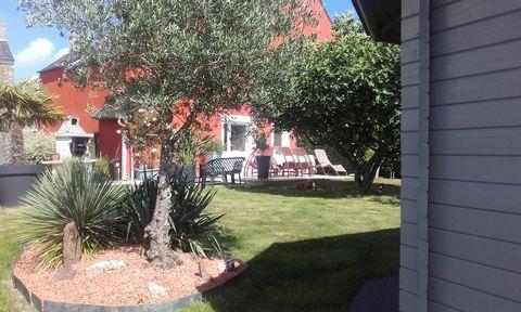 Vends très belle maison atypique avec SPA Cet ensemble est composé d'une maison principale non mitoyenne de 145m2 comprenant : -RDC - Une cuisine équipée de 12 m2 - Une salle, salon de 47 m2 avec cheminée traversante - Un rangement sous escalier - Un...