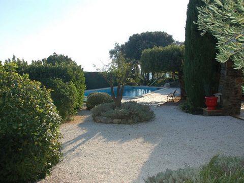 Location villa vacances avec piscine privée Cavalaire. Jolie villa située dans un quartier résidentiel sur les hauteurs de Cavalaire avec belle vue sur la baie. Idéale pour des personnes recherchant un cadre convivial non loin des plages.