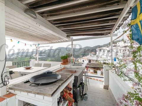 This charming town house will be the paradise you have been looking for your holidays in Spain. It is located in the historic center of the white town of Torrox, just a few minutes from the beaches of the Costa Del Sol and the promenade, and very clo...