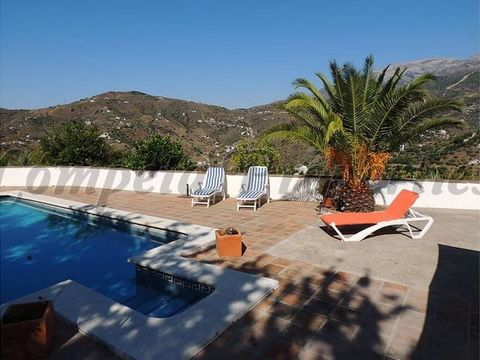 Villa con piscina privada en Cómpeta. Salón-comedor, cocina totalmente equipada, 2 dormitorios dobles, 2 cuartos de baño. Preciosa terraza para tomar el sol.