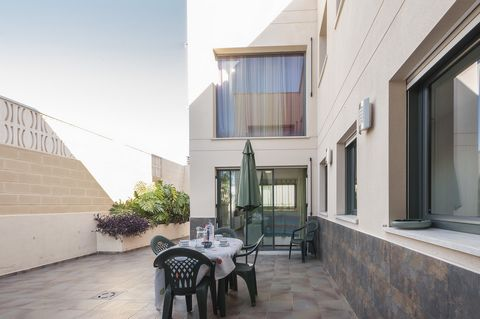 Welcome to this fantastic house for 8+2 people in Grao de Gandía. It offers a private above ground pool and the sea is only 1 km away. The terrace of this stunning house offers all you need to spend the best vacation. It features a great space where ...