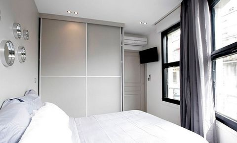 Apartment entirely renovated and furnished composed of a living room / dining room, 1 kitchen opened entirely equipped, 1 room and 1 room of bath; In the 3rd arrondissement of Paris Marais district. The apartment is fully air-conditioned. The service...