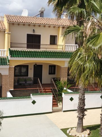 This wonderful townhouse in urbanization Maribel is a very well presented three bedroom and two bathroom townhouse situated in a secure gated community with 2 swimming pools, 1 paddling pool and off road exclusive parking in Ciudad Quesada. The prope...