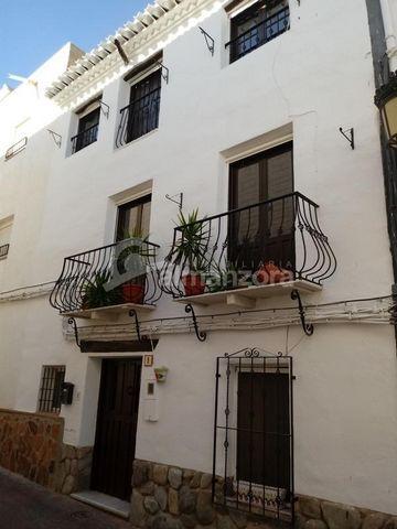 Una casa de pueblo realmente excepcional en venta en el bonito pueblo de Albanchez aquí en la provincia de Almería. La histórica casa se distribuye en tres plantas y rezuma encanto y carácter en cada habitación. En la entrada es el pasillo que conduc...
