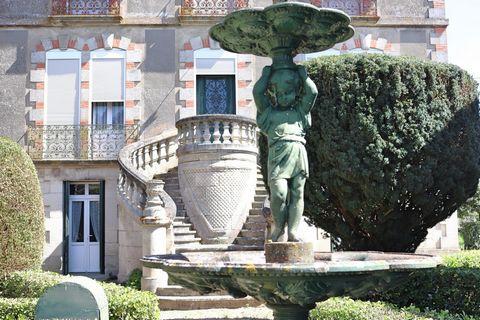 Cette elegante batisse qui s'eleve dans le bourg de Pujols a proximite du chateau est tout simplement chargée d'histoire. Tous les éléments d'origine sont restés et ici on revient dans la richesse de la fin du 19ème. Construite en 1896, en brique et ...