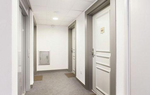 La résidence Le Crystal Blanc est située dans le cœur du village de Vaujany, à proximité des commerces et à environ 500 m des remontées mécaniques. Construite sur plusieurs niveaux, elle propose des appartements de bon standing, tous prolongés d'un b...