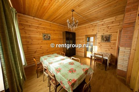 Лот №1414. Предлагаем в аренду двухуровневый уютный деревянный коттедж общей площадью 150 кв.м. В коттедже на первом этаже: просторная гостиная, столовая, кухня, оборудованная всем необходимым, санузел; на втором этаже - 4 спальни, размещением на 9 ч...