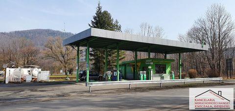 Polecamy Państwu na sprzedaż czynną i dochodową stację paliw w Ustroniu położoną na działce łącznej o powierzchni 1400m2. W skład stacji wchodzi budynek, w którym urządzono punk sprzedaży wraz ze sklepikiem z asortymentem samochodowym i z pomieszczen...
