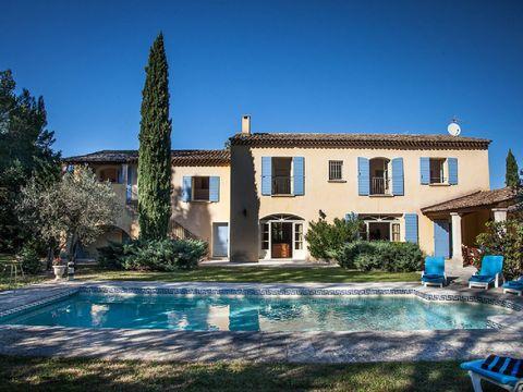 Location Bastide en Provence avec piscine. Dans le massif des Alpilles cette très belle et spacieuse bastide attend les vacanciers à la recherche d'authenticité. De vastes chambres, de grandes pièces à vivre, un très bon niveau d'équipement vous plon...