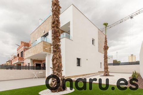 Esta moderna casa unifamiliar forma parte de un pequeño desarrollo de lujo de casas adosadas en Bigastro, que se encuentra a 50 minutos en coche del aeropuerto de Alicante y del aeropuerto regional de Murcia. Estas impresionantes casas adosadas ofrec...
