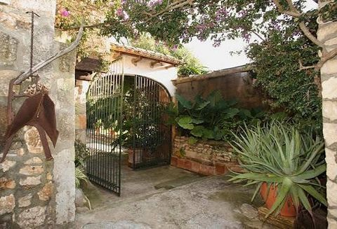 Beautiful agritourism farm in the municipality of Manacor in Mallorca with a valid exploration license and a consolidated customer portfolio. It has more than 36,000 m2 of land and consists of 8 apartments and 4 double rooms that can be used at full ...