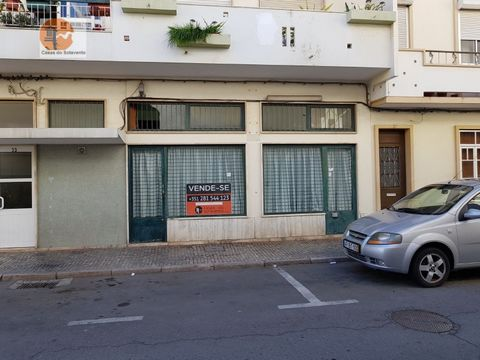 Store located in Vila Real de Santo António, close to the center, ideal to open your business. This property, once was once a, coffee, has 2 WC's, 1 1 kitchen type space. Ideal for offices, gym, seen space have generous areas. This property, at this ...