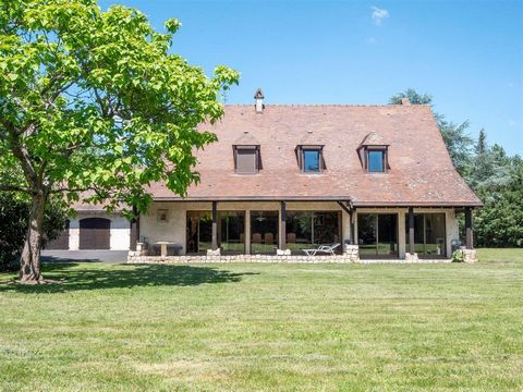 VICHY/BELLERIVE- Bannan Properties offers this 290 sqm property on two levels, ideally placed in a walled, tree-lined and flat park of 3000 m2 piscinable. This property is composed of: -REZ-de-CHAUSSEE, an entrance giving access to a clearing, kitche...