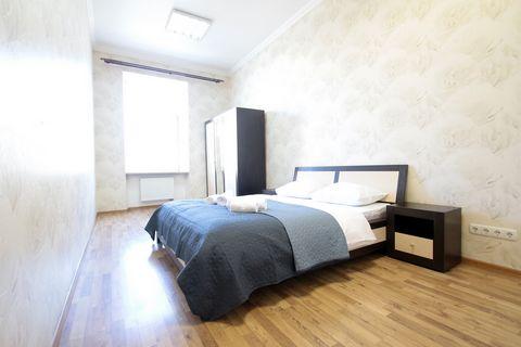 Апартаменты с 3-мя комнатами находятся на вул. Валовая 29 на 2/3 этаже. На Площади Рынок, самое сердце Львова. В тихом месте. В апартаментах есть: - Встроенная кухня; - Холодильник; - Микроволновая печь; - электрочайник; - Встроенная газовая плита; -...