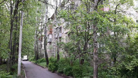 Сдам 2-шку г. Пушкино, мкр. Серебрянка дом 3. 20 км от МКАД Ярославское шоссе и 15 минут пешком от ж/д. станции Пушкино. Общая – 42 кв,м, комнаты – (20+13) смежные, кухня – 7 кв/м. Санузел совмещён. 5-й 5-ти этажного панельного дома, застеклённый бал...