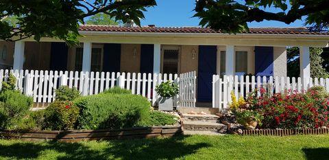 Trouver un nouveau bien immobilier à acheter avec une maison F5 avec une large terrasse ensoleillée sur le territoire d'Aiguillon. Comptez 13 minutes pour vous rendre à Tonneins. L'espace intérieur est formé d'un coin salon de 31m2, 4 chambres et un ...