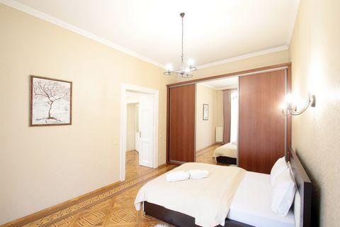 Апартаменты с 3-мя комнатами находятся на вул. Кулиша 47, на 2/4 этаже. В апартаментах есть: - Встроенная кухня; - Холодильник; - Микроволновая печь; - Тостер; - Турка; - электрочайник; - Газовая плита встроенная; - Столовые приборы; - Кухонные прибо...