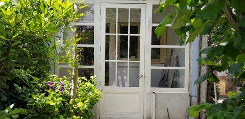 Vend au coeur de la ville de AIGUILLON, petite maison de charme avec jardin et cabanon. Sur deux niveaux elle developpe une surface habitable de 74m2 répartie en séjour salon, cuisine, deux chambres, salle d'eau et WC à chaque étage. Un troisième niv...