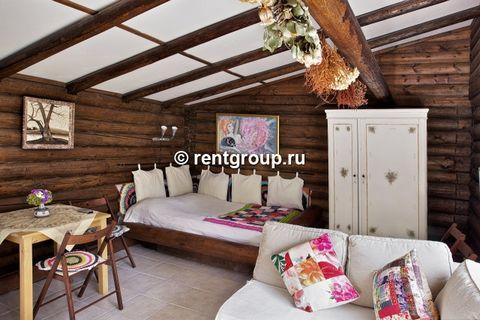 Лот №7480. Предлагаем в аренду деревянный домик 30м с одной комнатой, оснащенный деревянной мебелью. Тщательно подобранный интерьер создает атмосферу уюта и комфорта для беспечного отдыха в г.Переславле! В домике: двуспальная кровать из бревен, ванна...