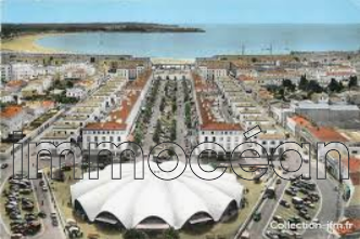 for sale, commercial premises of 700 m² location n ° 1 with 2 entrances in full center of royan license iv. possibility of 2 additional covered terraces of 50 m² each.