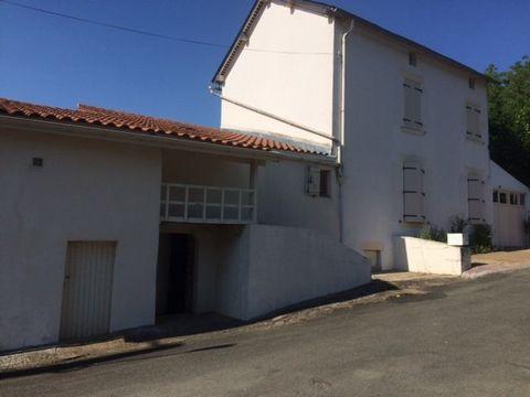 Maison ancienne de 134 m² habitables environ située à SAINT LOUP LAMAIRE. La maison comprend un séjour avec insert, une cuisine aménagée, une arrière