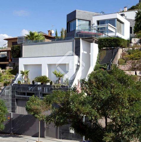 Espectacular villa en venta cerca del puerto de Blanes. Esta casa moderna está situada muy cerca del pueblo de Blanes. Los colegios, comercios o el puerto de Blanes están a un solo paso. La casa se encuentra además a pocos metros de la playa de Blane...