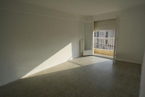 APPARTEMENT DEUX PIECES ANTIBES WILSON. Proche centre ville et toutes commodités, appartement 2 pièces en étage élevé de 44 m² de surface habitable, donnant sur un balcon exposé est de 7 m², au calme. Garage. Immeuble avec ascenseur, 28 lots. Charges...