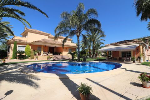 This Outstanding, South-East Facing, Five Bedroom Detached Villa in Elche is located on an Exclusive Urbanization just five minutes drive outside the city centre. Situated on a prominent corner position, with school bus stop at the end of the road, 5...