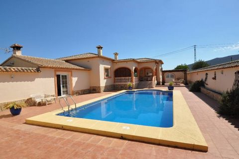 Very good conditioned villa set in a popular location of Jalón Valley. Just a few minutes walk to the old town with all the facilities. The property has a good size accommodation which comprises: hall entrance, fitted enclosed kitchen, dining room wi...