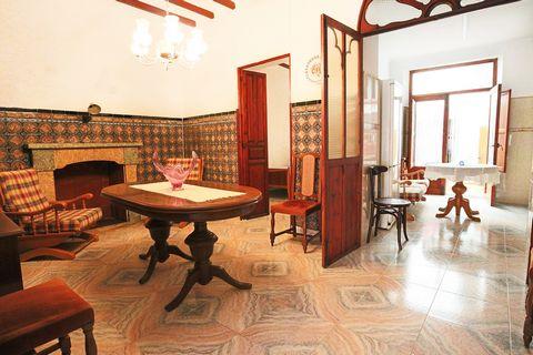 ¡Reducido de 105 000 euro! Esta encantadora casa adosada de 2 dormitorios conserva muchas características originales, incluidas las pesadas puertas de madera y tiene mucho potencial, con muchas habitaciones de arriba que no están en uso y podría con...