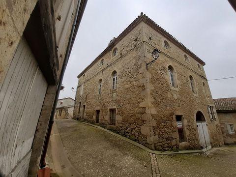 Située au milieu d'un joli village, à 15 kms de Lectoure, 30 kms d'Agen et seulement 80 kms de Toulouse-Blagnac, se trouve cette fabuleuse maison à rénover entièrement. Les pierres, tant à l'intérieur qu'à l'extérieur, sont en très bon état. La maiso...