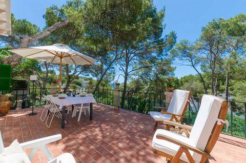 Bienvenidos a esta fantástica casa de costa para 6 personas, situada a sólo 170 m de la playa de Cala Santanyí. Rodeada de un majestuoso y precioso pinar, esta magnífica casa cuenta con varios espacios al aire libre donde relajarse y disfrutar de una...