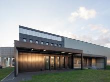 nantes sud 44140- je vous propose à la location ce bâtiment d'environ 2100 m² composé d'une zone de stockage de 1300 m², de bureaux modulables sur 800 m² en r+1 et d'un accueil showroom, situé proche axe autoroutier a83 , le tout dans un état impecca...